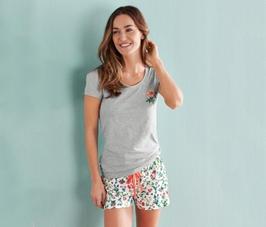 Ezt a biopamuttal készült női rövid nadrágos pizsamát most 2 színben is  megrendelhetjük XS-estől XL-es méretig  szürke felsőrész fehér alapon  mintás ... 38451c8896